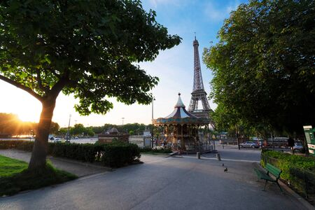 Paris Eiffel Tower and path in Trocadero gardens at sunrise in Paris, France. Web banner format. Eiffel Tower is one of the most iconic landmarks of Paris. 스톡 콘텐츠