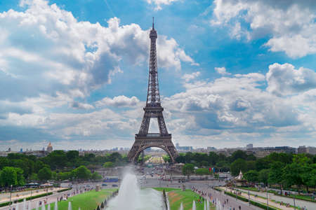 Eiffel Tower with Trocadero fountains, Paris at summer, France Banque d'images