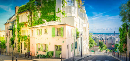View of cosy street with old houses in quarter Montmartre in Paris, France. Cozy cityscape of Paris at summer. Architecture and landmarks of Paris, web banner format with sunshine Banque d'images
