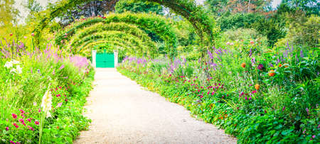 Gverny green garden gallery with pathway, web banner format with sunshine Banque d'images