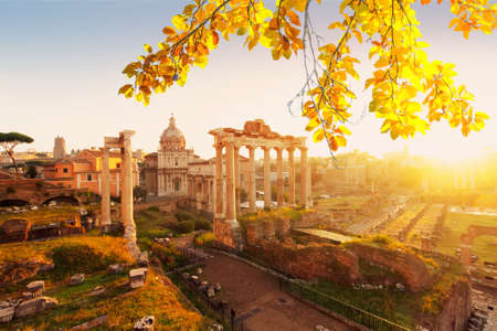 Forum - Roman ruins with cityscape of Rome with warm sunrire fall light, Italy Banque d'images