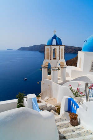 traditional greek village Oia of Santorini, with stairs and blue dome, Greece Banque d'images