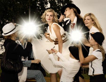 rijke vrouw: Lekker blond meisje en veel fans om haar heen Stockfoto