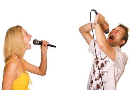 gente cantando: Pareja cantando karaoke aislados en fondo blanco  Foto de archivo