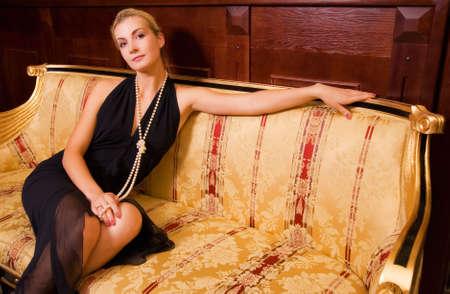 Sexy blonde fille assise sur un sofa de luxe  Banque d'images - 2282449