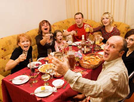 fiesta familiar: Celebraci�n feliz de la familia Foto de archivo