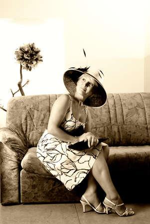 Sepia retrato de una elegante mujer en un sof�  Foto de archivo - 2346544
