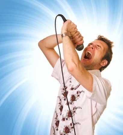 jeune mec: Jeune homme avec un microphone sur r�sum� backrgound  Banque d'images