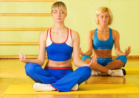 Hermosas mujeres meditando  Foto de archivo - 2432865