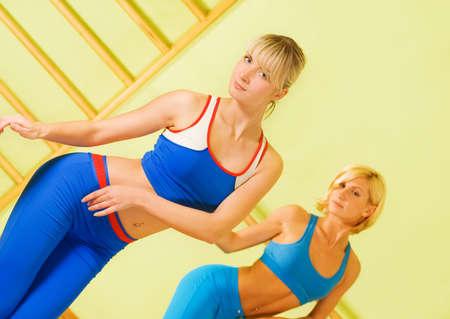 Hermosas mujeres en el ejercicio de gimnasio  Foto de archivo - 2457936