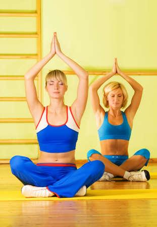 Dos chicas haciendo ejercicios de yoga  Foto de archivo - 2536247