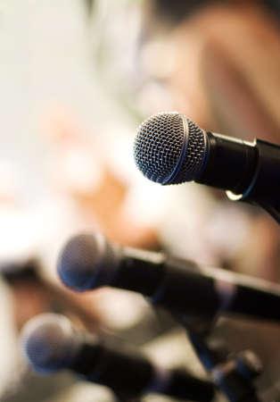 hablar en publico: Micr�fono en resumen borrosa antecedentes (someras DoF)  Foto de archivo