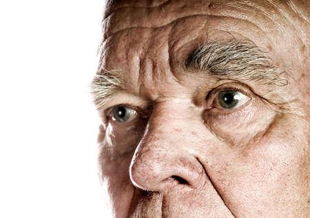 personnes �g�es: Fond de blanc dexc�dent du visage du vieil homme