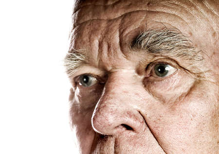 cejas: Fondo del blanco del excedente de la cara del hombre mayor Foto de archivo