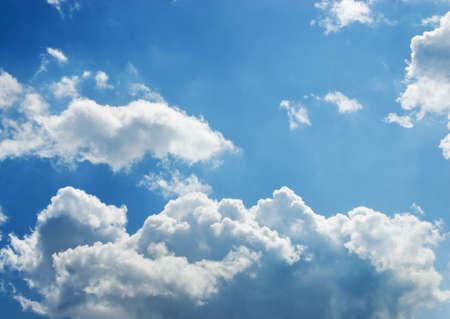 Bright blanc et noir orageux cumulus avec un ciel bleu au milieu Banque d'images - 3061227