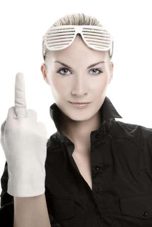 mittelfinger: Zornige junge Frau zeigt Mittelfinger. Isolated on white