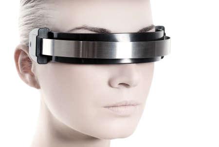 vision futuro: Hermosa mujer cyber  's se enfrentan aislados en fondo blanco
