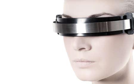 vision futuro: Beautiful cibern�tica de la mujer frente a aislados en fondo blanco