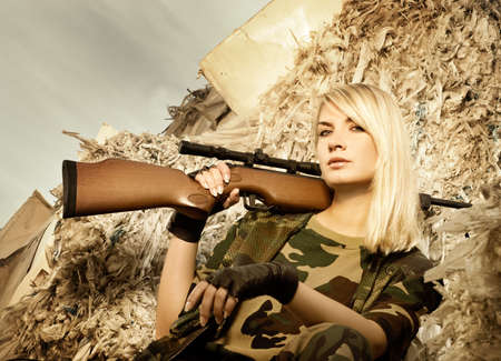 snajper: Piękne kobiety żołnierza z karabin snajperski Zdjęcie Seryjne