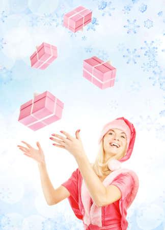 dona: mrs. Santa con la captura de una caja de regalo Foto de archivo
