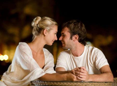 dia y noche: Pareja joven en el amor