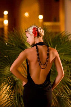 traje de gala: Dama de negro vestido de noche al aire libre