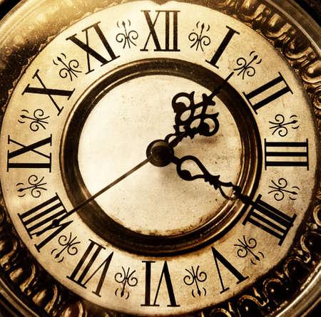 numeros romanos: Antiguo reloj antiguo Foto de archivo