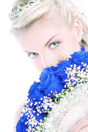 Belle mariée de luxe qui se cache derrière bouquet de roses