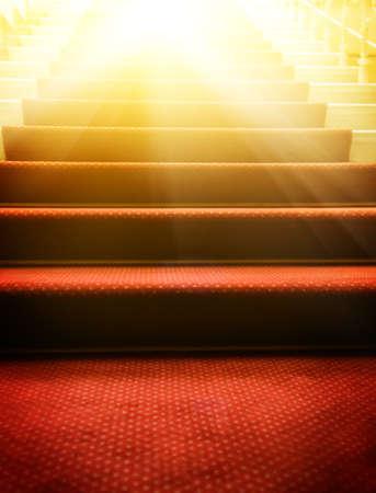 Escaleras cubiertas con alfombra roja