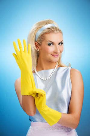 Prachtige gelukkig huisvrouw met rubber handschoenen