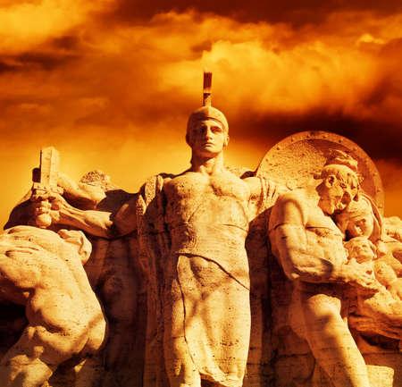 romano: Guerrero con una espada en la estatua Vittorio Emanuel puente (Roma, Italia) Foto de archivo