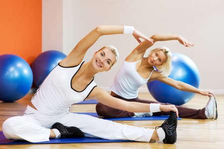 haciendo ejercicio: Grupo de personas que hacen ejercicio de estiramiento