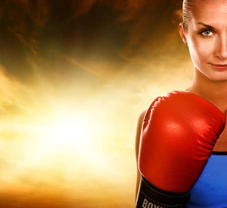 boxeadora: Hermosa mujer de color rojo con guantes de boxeo