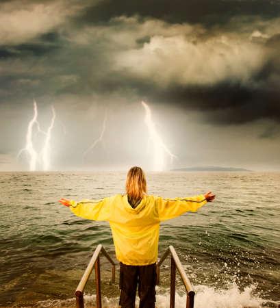 Odważna kobieta pozdrowienia burzliwym oceanie