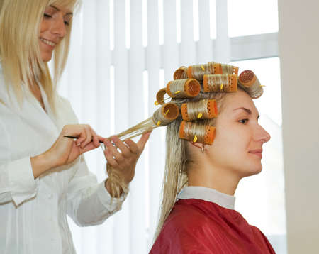 rollers: Young woman in beauty salon