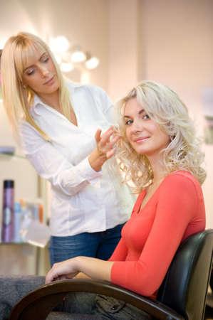 estilista: Mujer joven en el sal�n de belleza