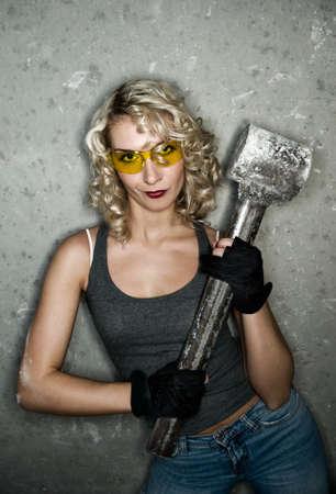 feminismo: Sexy rubia con grandes martillo de metal Foto de archivo
