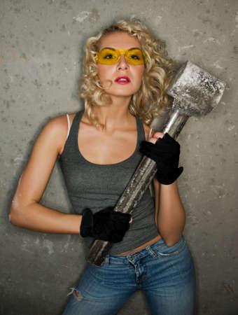 the hammer: Sexy rubia con grandes martillo de metal Foto de archivo