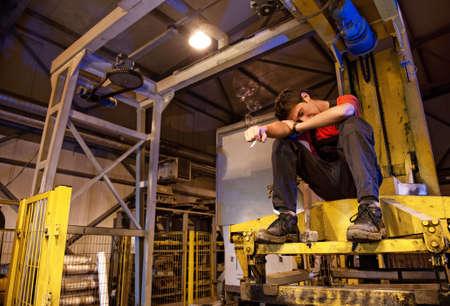 fabrikarbeiter: Exhaused Fabrikarbeiter Rauchen