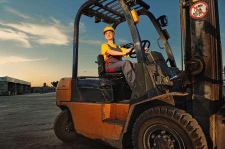 carretillas almacen: Trabajadora de conducci�n de camiones de carga Foto de archivo