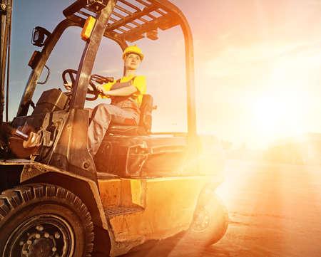 dovere: Lavoratrice camion carico di guida