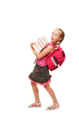 mochila: Poco feliz colegiala con una pila de libros pesados