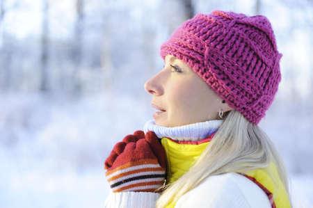 Congelado hermosa mujer en ropa de invierno al aire libre