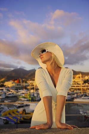 wealthy lifestyle: Bella ragazza nei pressi della Yachts Archivio Fotografico