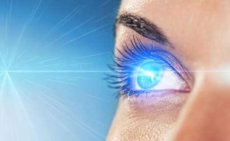 Eye auf blauem Hintergrund (Shallow DOF) Standard-Bild