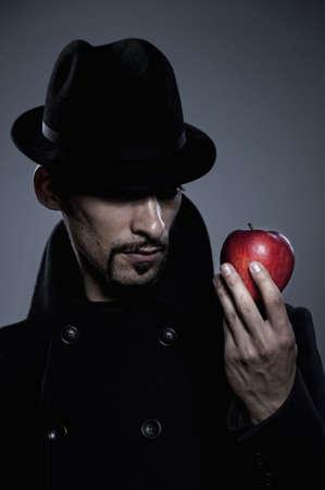 caballeros: Misterioso hombre que sostiene una manzana
