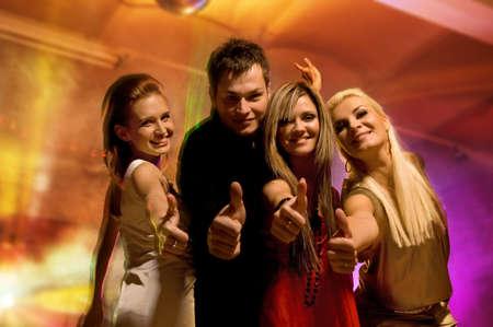 night club: Amigos felices en el club nocturno Foto de archivo