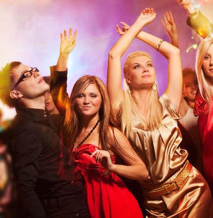 night club: La gente bailando en la discoteca Foto de archivo