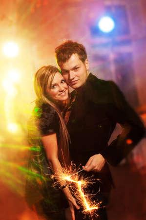 night club: Feliz pareja en el club de noche