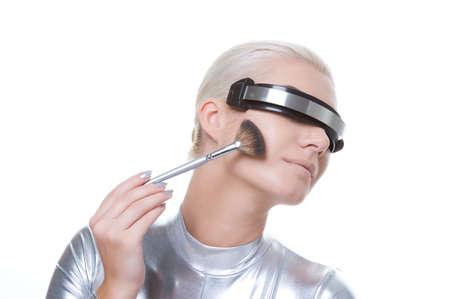 mujer maquillandose: Cyber hermosa mujer aplicar maquillaje
